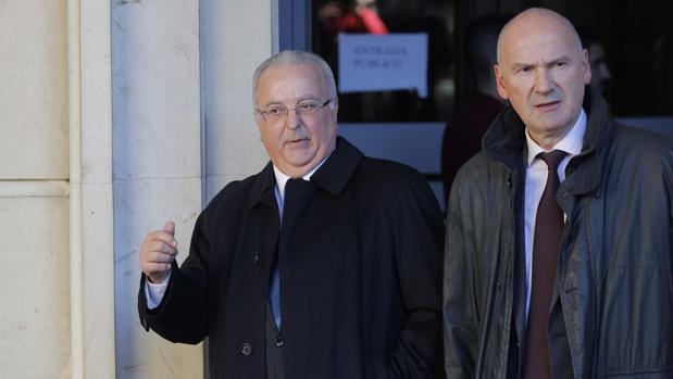El exconsejero Antonio Fernández (izquierda) saliendo de la Audiencia de Sevilla junto a su letrado