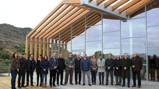 Elías Bendodo (en el centro), a las puertas del nuevo recinto para recibir a los visitantes del Caminito del Rey