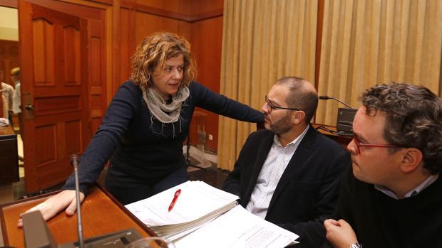 La delegada de Hacienda, Alba Doblas, habla con los ediles del PSOE