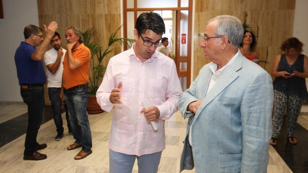 El primer teniente de alcalde, Pedro Garcia (IU), y uno de los ediles de Cs, José Luis Vilches