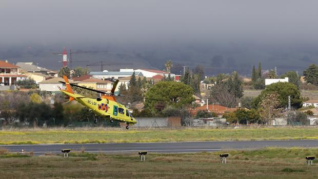 Un helicóptero del 061 realiza la maniobra de despegue en el aeropuerto de Córdoba