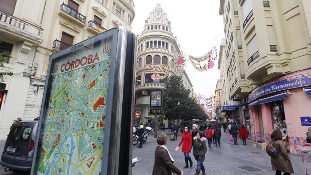 Hito urbano con un callejero de Córdoba al principio de la calle Cruz Conde
