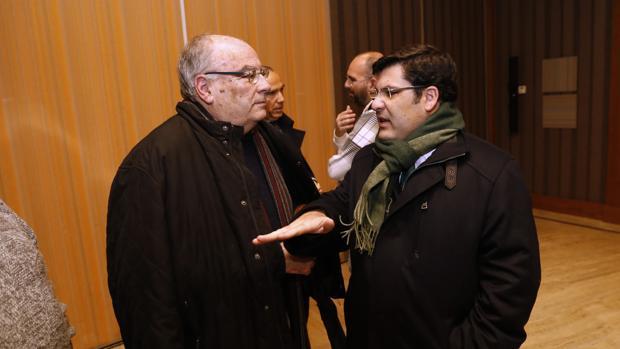 Jesús León conversa con Paco Rojas tras la rueda de prensa