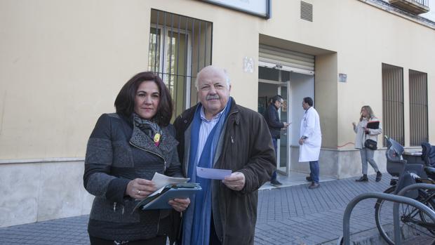 María de la O Redondo y Jesús Aguirre, frente al centro de salud de Colón