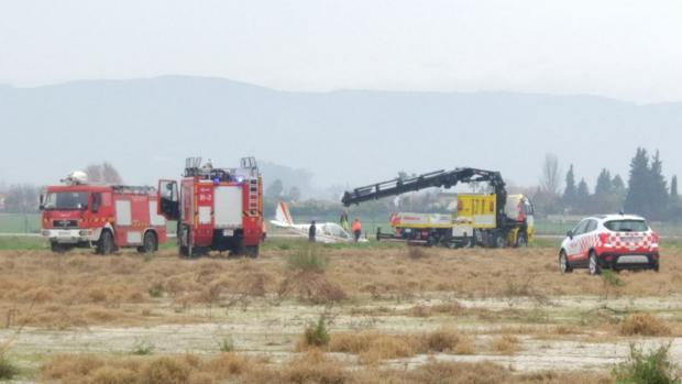 Los bomberos retiran el avión siniestrado