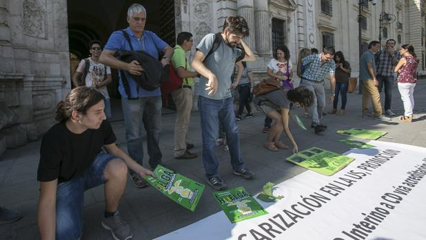 Protesta de profesores interinos en el Rectorado de la Universidad de Sevilla
