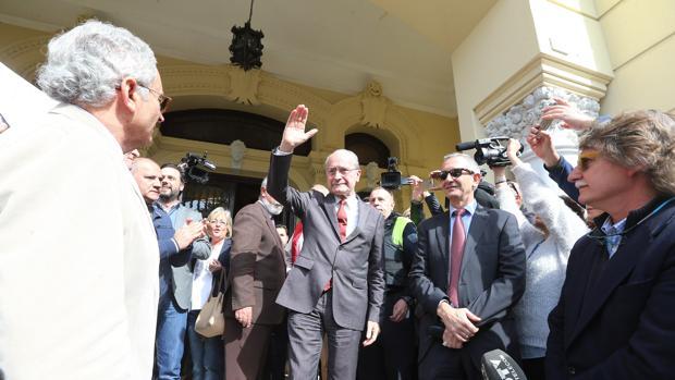 Francisco de la Torre se dirige a sus vecinos en una concentración en el Ayuntamiento