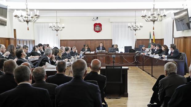 Hemeroteca: Las defensas estallan contra la Fiscalía: «Ampliar el objeto del juicio del caso ERE es un disparate»   Autor del artículo: Finanzas.com