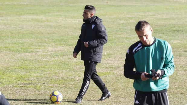 El entrenador blanquiverde, Jorge Romero, en su primer día de trabajo con el equipo
