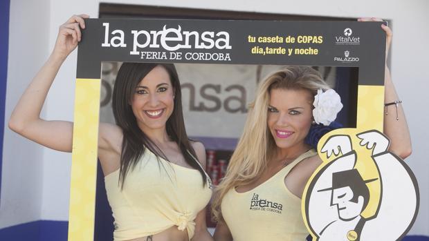 Dos jóvenes en la caseta de la Prensa