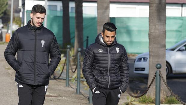 Jorge Romero (derecha) llega a la Ciudad Deportiva acompañado de Salva Romero