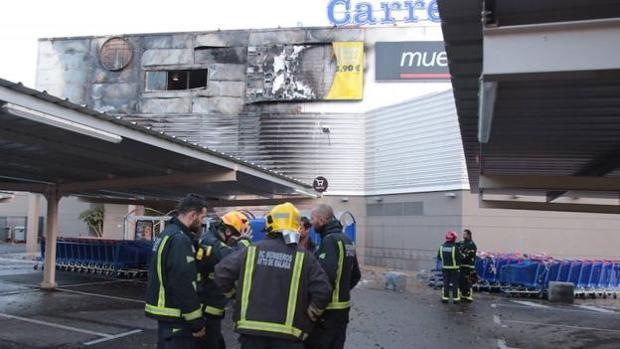 Los bomberos en el incendio del Carrefour