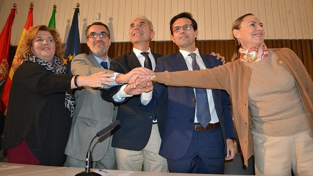 Representantes de las cuatro administraciones, con la sobrina del poeta, a la derecha