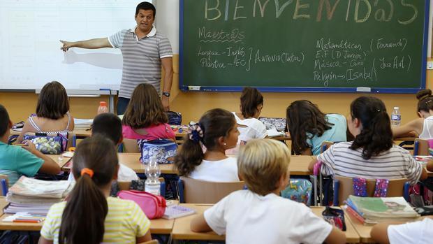 Un profesor imparte clase en un colegio de Málaga