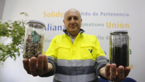 El director de Cosmos con ejemplos de residuos a quemar