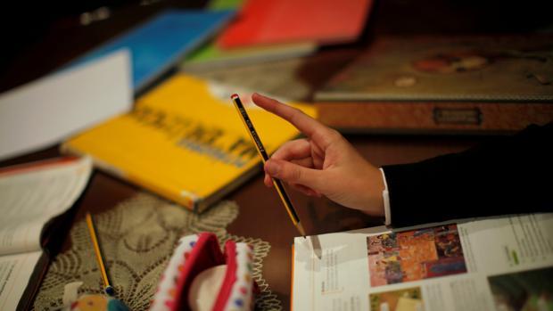 Un niño haciendo sus deberes