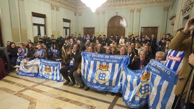 Imagen del pleno del Ayuntamiento lleno el viernes de seguidores de «El Decano»