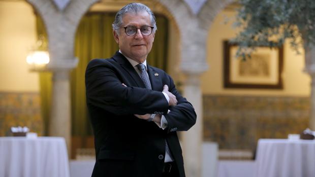 Bernabé Galán, ayer, antes de tomar posesión como presidente del Colegio de Médicos de Córdoba