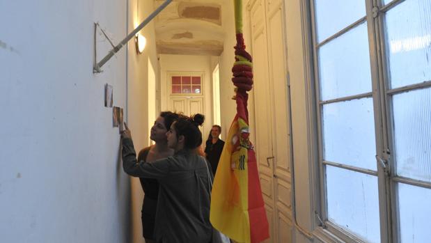 Bandera con forma de horca de la última polémica exposición de «La Invisible»