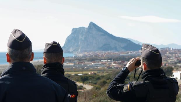 Policías nacionales desde el cerro de Santa Margarita controlan el Estrecho de Gibraltar
