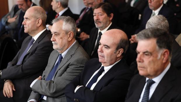 Los expresidentes socialistas Griñán y Chaves, junto a exconsejeros de Trabajo