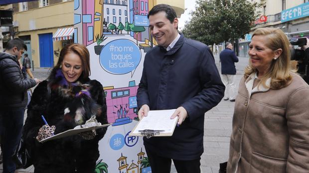 José María Bellido recogiendo firmas para evitar el cambio de nombre de cinco calles cordobesas