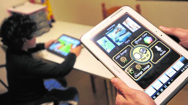 Un niño se educa a través de una tablet