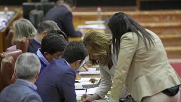 Susana Díaz conversa con Juan Marín en su escaño del Parlamento