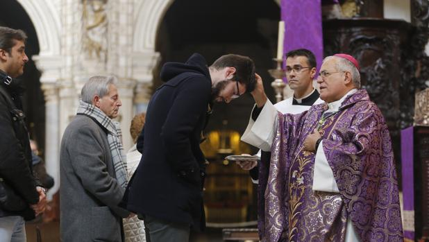 Monseñor Demetrio Fernández, durante la imposición de la ceniza, en la Catedral de Córdoba