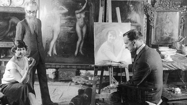 Romero de Torres pinta un retrato con una model en presencia de Valle-Inclán