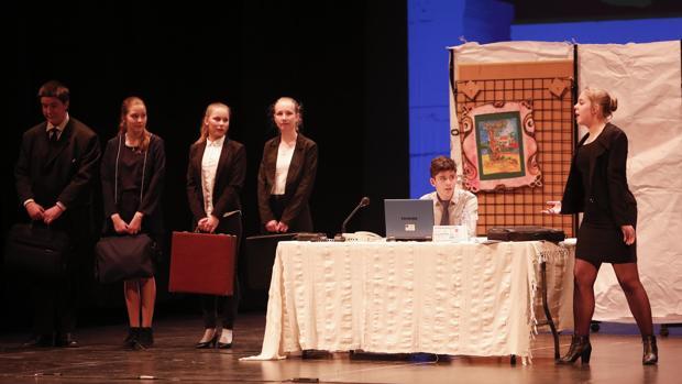 Cinco de los estudiantes que participaron ayer en la representación en el Teatro Góngora