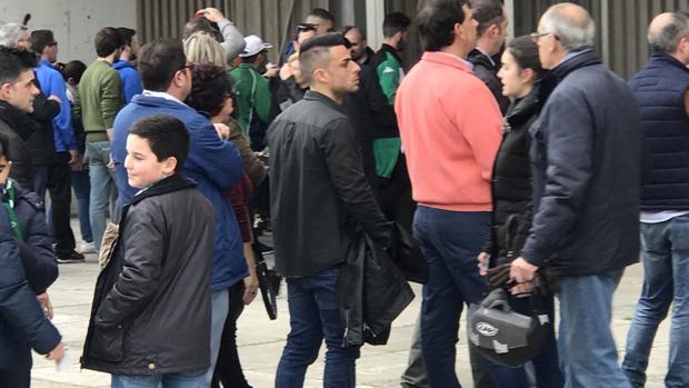 Jorge Romero hace cola para entrar a la Preferencia del estadio El Arcángel