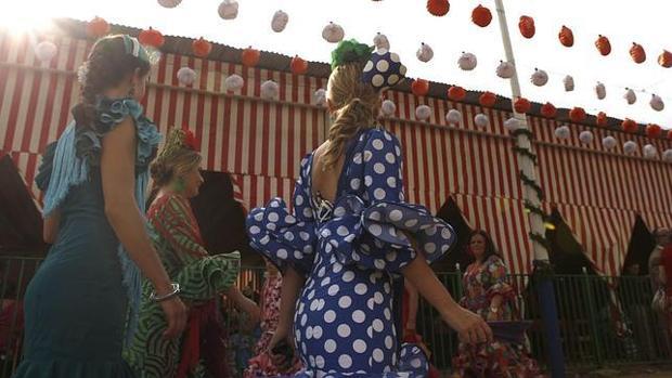 Varias jóvenes se pasen por el Real de la Feria de Abril