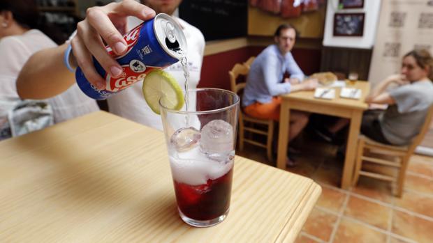 Un camarero sirve un vaso de «vargas» cordobés