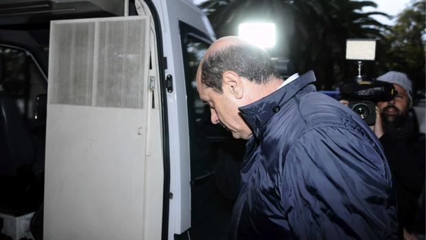 El exdirectivo de la consultora Vitalia Antonio Albarracín entrando en un furgón policial en 2013