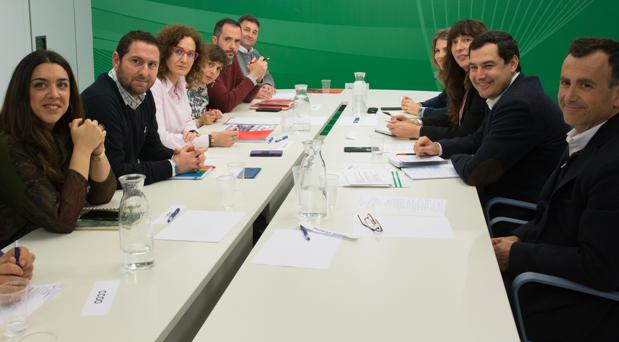 El presidente del PP, Juanma Moreno, reunido con la secretaria de Comisiones, Nuria López