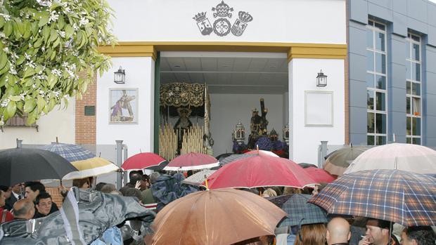 El Caído se refugia de la lluvia el Jueves Santo de 2007