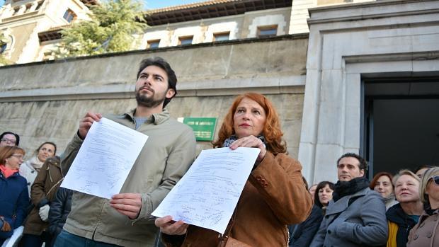 Estudiantes de la Escuela Oficial de Idiomas de Granada, ante la sede de la Junta de Andalucía.