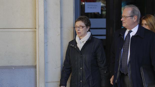 Carmen Martínez Aguayo, con su abogado, Víctor Moreno Catena, a su salida de la Audiencia de Sevilla