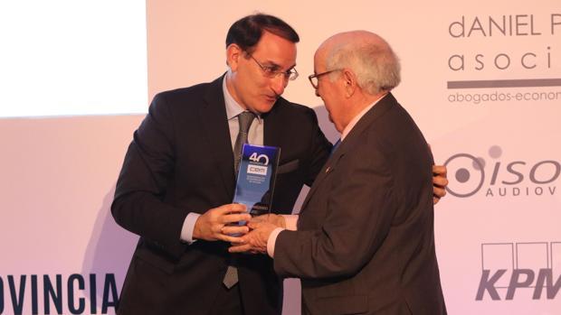 Javier González de Lara entrega uno de los reconocimientos a empresarios