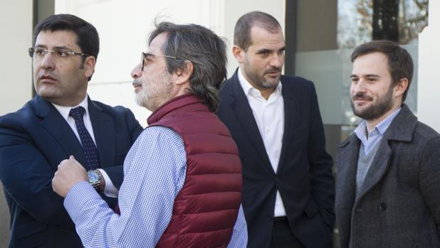 El expresidente del Córdoba CF, Alejandro González, sonríe mientras mira a su padre y Jesús León
