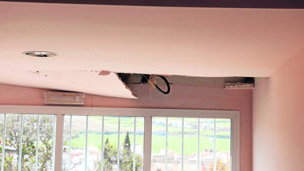 Imagen de la parte desprendida del falso techo en el centro lucentino