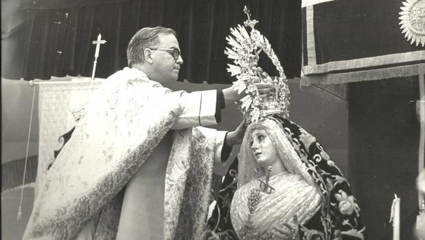 Antonio Gómez Aguilar impone su corona a María Santísima Nazarena