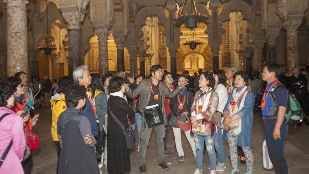 Grupo de turistas japoneses en la Mezquita-Catedral de Córdoba