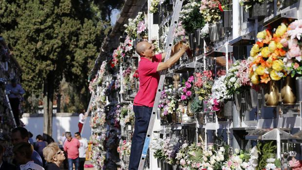 Arreglo de nichos en el cementerio de San Rafael
