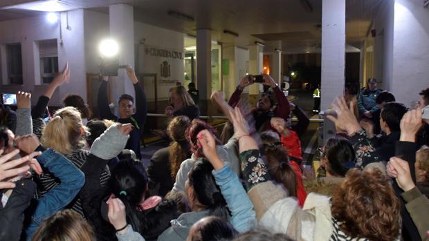 Cientos de personas se agolpan frente a la comandancia de la Guardia Civil de Almería