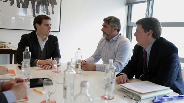 El líder de Ciudadanos, Albert Rivera (i), durante la reunión mantenida con Juan Carlos Quer (d) y Juan José Cortés