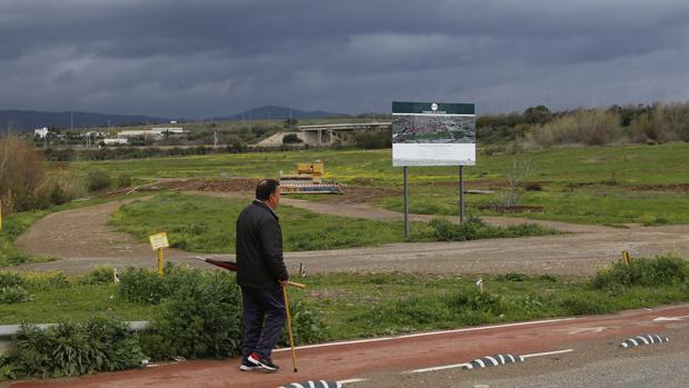 Un hombre se pasea por las obras del futuro Parque de Levante