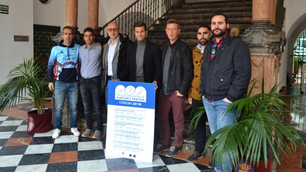 Autoridades y organizadores, este martes, durante la presentación del Circuito Provincial de Triatlón