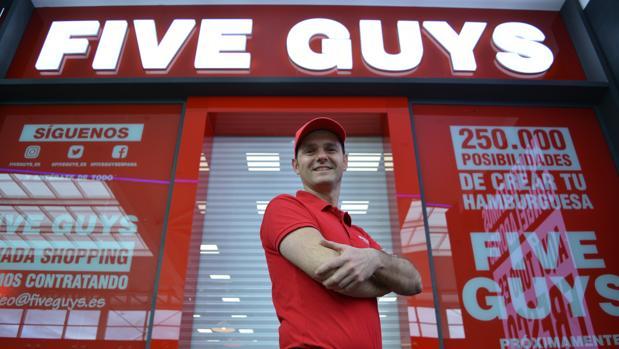 El director general de Five Guys España, Daniel Agromayor, en la hamburguesería de Granada.